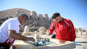 2 bin 206 metre yükseklikte satranç için buluştular