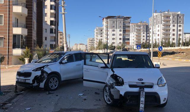 Adıyaman'da İki Otomobil Çarpıştı:1 Yaralı - Videolu Haber