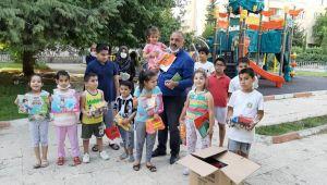 Adıyaman'da mahalle muhtarı çocuklara oyuncak ve kitap dağıttı