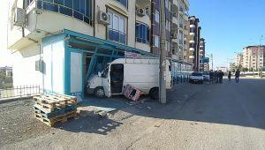 Adıyaman'da minibüs markete girdi - Videolu Haber