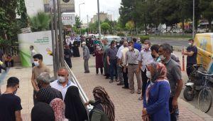 Adıyaman'da PTT şubesi önünde sosyal mesafe kuralına uymadılar - Videolu Haber