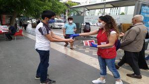 Adıyaman Genç Kızılay üyeleri maske ve dezenfektan dağıttı