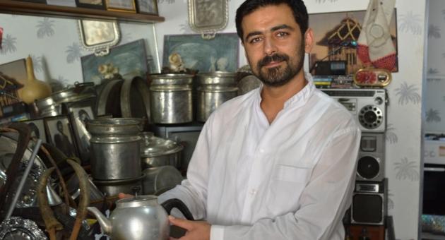 Antika Malzemelerini Berber Dükkanında Sergiliyor - Videolu Haber