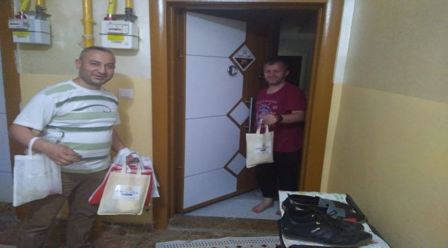 Apartman yöneticisi aylarca evlerinden çıkamayan çocukları ödüllendirdi