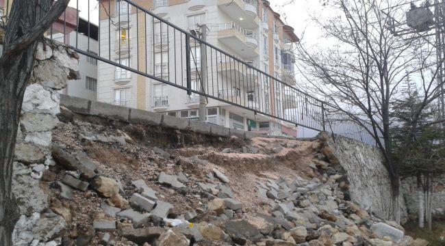Besni'de Çocuk Parkının İstinat Duvarı Çöktü