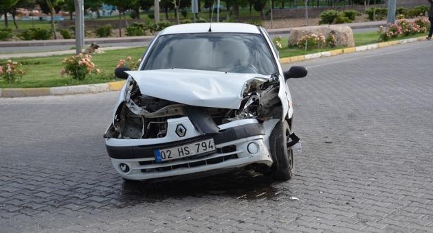 Besni'de Hafif Ticari Araç İle Otomobil Çağrıştı: 4 Yaralı