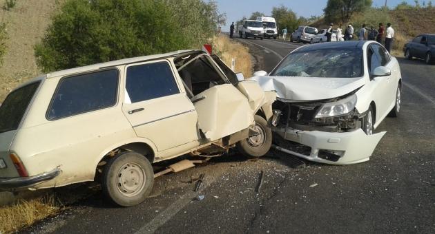 Besni'de İki Otomobil Çarpıştı: 5 Yaralı