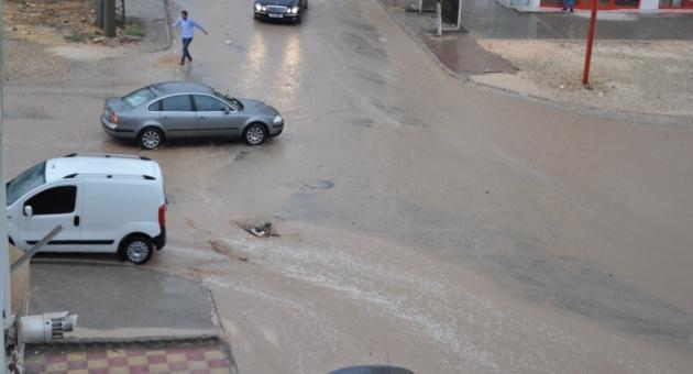 Besni'de Sağanak Yağmur Etkili Oldu