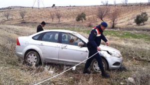 Besni'de Şarampole Devrilen Otomobildeki 3 Kişi Yaralandı