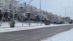Besni'ye mevsimin ilk karı düştü
