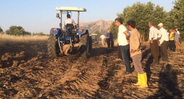 Buğday Tarlasındaki Yangını Çiftçiler Söndürdü