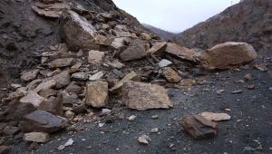 Çelikhan'da Heyelan Nedeniyle Yol Kapandı