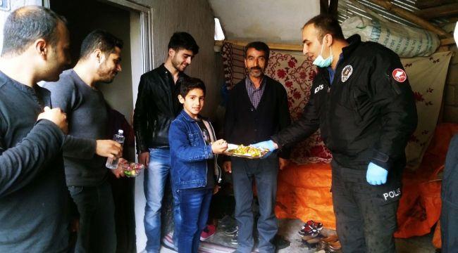 Çelikhan Emniyet Personeli Çocuklara Bayram Şekeri Dağıttı