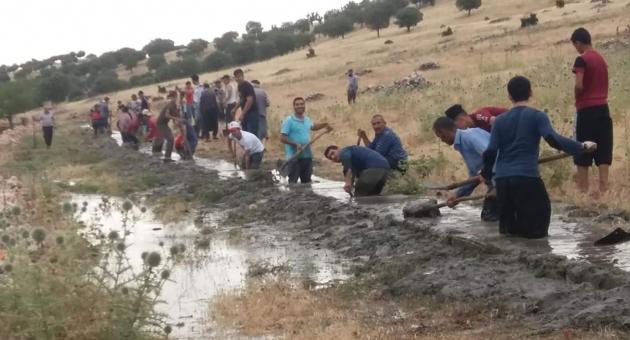 Çiftçiler, İmece Usulüyle Köyün Sulama Kanalını Yaptı