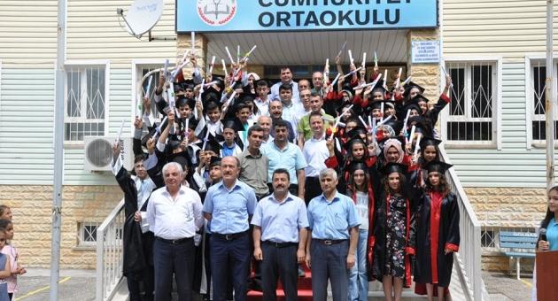 Cumhuriyet Ortaokulu'nda Mezuniyet Töreni Düzenlendi