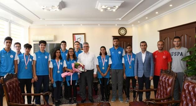 Deniz Küreği Şampiyonları'ndan Vali Aykut Pekmez'e Ziyaret