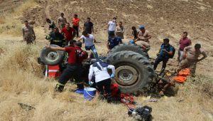 Devrilen traktör altında kalan 3 kişi ağır yaralandı - Videolu Haber