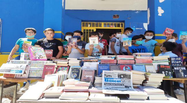 Emekli öğretmenden köy okuluna 1000 kitap - Videolu Haber