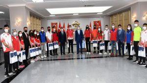 Genç milli sporculardan Vali Çuhadar'a ziyaret