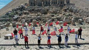 Gençlik ve Spor Bayramı'nı Nemrut'un zirvesinde kutladılar - Videolu Haber