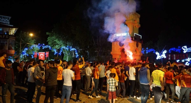 Gölbaşı'nda Galatasaray Taraftarlarından Şampiyonluk Kutlaması
