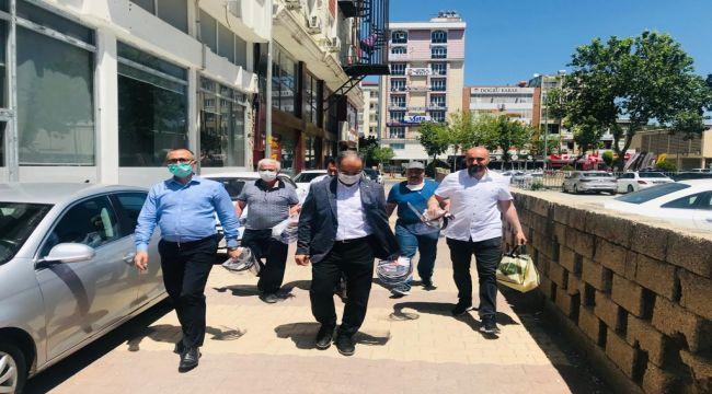 İYİ Parti'den esnafa maske ve koruyucu siperlik