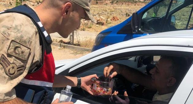 Jandarma'dan Sürücülere Kolonya ve Çikolatalı İkramı