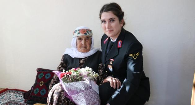 Jandarmadan Kadınlara Çiçek