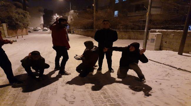 Kahta'da 5 Yaşındaki Çocuklar Karla Tanıştı