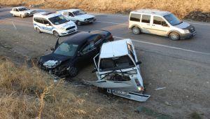 Kahta'da İki Otomobil Kafa Kafaya Çarpıştı: 4 Yaralı