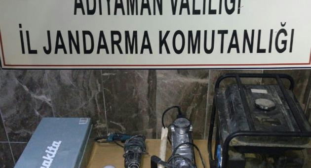 Kahta'da İzinsiz Kazı Yapan Defineciler Suçüstü Yakalandı