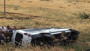 Kahta'da Servis Minibüsü Şarampole Devrildi: 3 Yaralı