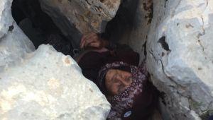 Kayalıklarda sıkışan yaşlı kadın hastanede öldü - Videolu Haber