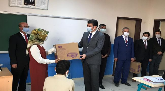 Kaymakam Köksal, okula projeksiyon cihazı hediye etti - Videolu Haber