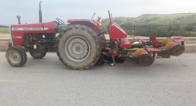 Motosiklet Traktörün Altında Girdi, Sürücü Yara Almadan Kurtuldu