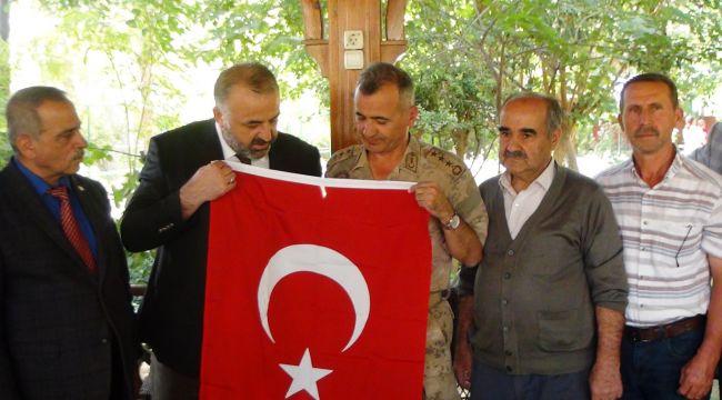Muhtarlar, Alay Komutanına Türk Bayrağı Hediye Etti - Videolu Haber
