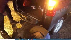 Otomobilde Sıkışan Kedi, Vatandaşlar Tarafından Kurtarıldı