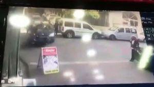 Otomobilin çarptığı motosiklet kazası kameralara yansıdı - Videolu Haber