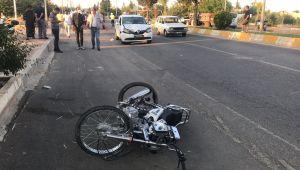 Otomobille çarpışan motosikletteki 2 kişi ağır yaralandı - Videolu Haber