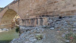 Piknikçiler 2 asırlık Cendere Köprüsünü çöp alanına çevirdi