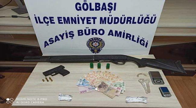 Polis Aracına Çarparak Kaçmaya Çalışan Otomobillerden Silah Ve Uyuşturucu Çıktı