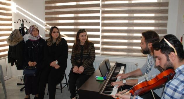 Protokol Eşleri'nden Gençlik Kültür Evine Ziyaret