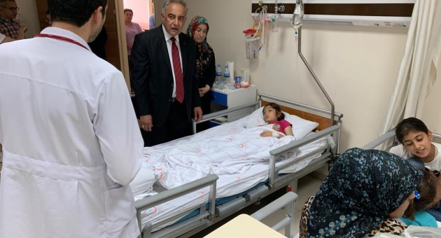 Rektör Prof. Dr. Mehmet Turgut, Minik Hastalarını Bırakmıyor