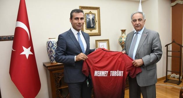 Rektör Turgut'a A Mili Futbol Takımımızın Forması Hediye Edildi