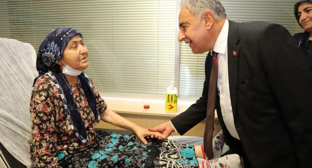 Rektör Turgut, Hastalarının Hayır Duasını Almaya Devam Ediyor