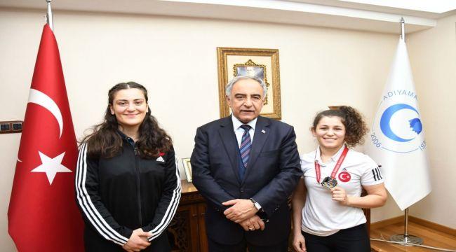 Şampiyon Güreşçiler, Rektör Turgut'u Ziyaret Etti