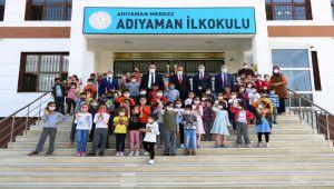 Sani Konukoğlu Vakfından öğrencilere kıyafet ve ayakkabı desteği