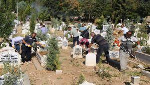 Şehir mezarlığında bayram temizliği