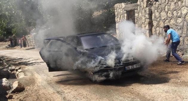 Seyir Halinde Alev Alan Otomobili Köylüler Söndürdü