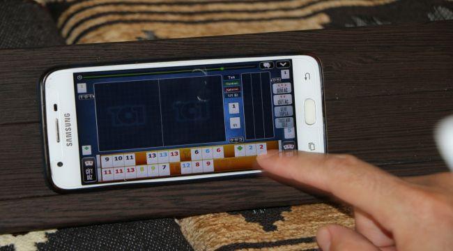 Telefonları,okey tahtasına koyarak sosyal medya üzerinden